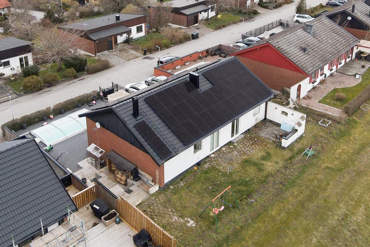Solceller installerat på en villa i Klågerup